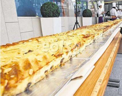新加坡留学乐趣多 30公尺长面包布丁创纪录